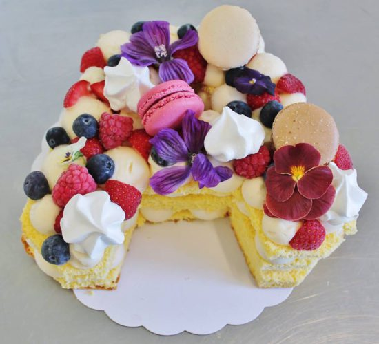 Ijstaart met rode vruchten, macarons en meringue
