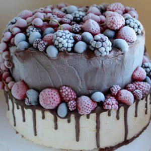 ijstaart met rode vruchten, vanilleijs en chocolade
