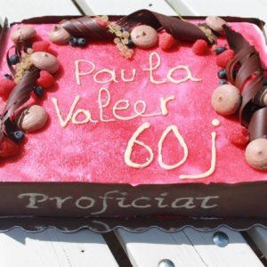 Verjaardagstaart met rode vruchten, macarons en chocolade